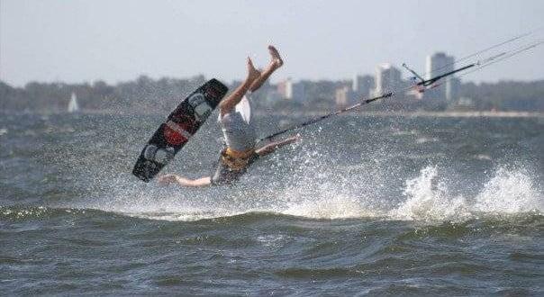 """Decaluwé wil """"roekeloze"""" kitesurfers harder aanpakken"""